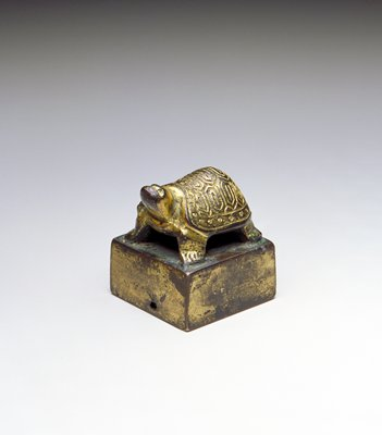 seal with turtle standing on top of plain, undecorated platform; turtle looking straight up
