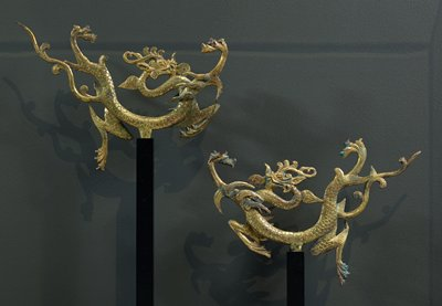 flying dragon with curving body; long, straight tail; black mount; incised scales and details